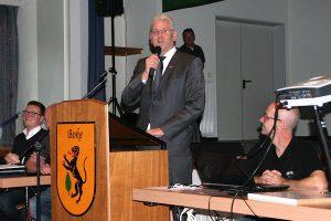Bürgermeister Werner Peitz richtet das Wort an die Teilnehmer der Bürgerversammlung.